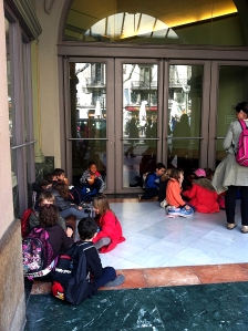 Opera kapısında bekleyen çocuklar