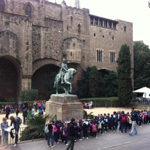 Barri Gotik surlar önünde çocuk grupları