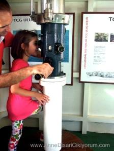 Rahmi Koc muzesinde cocuk periskopa bakiyor